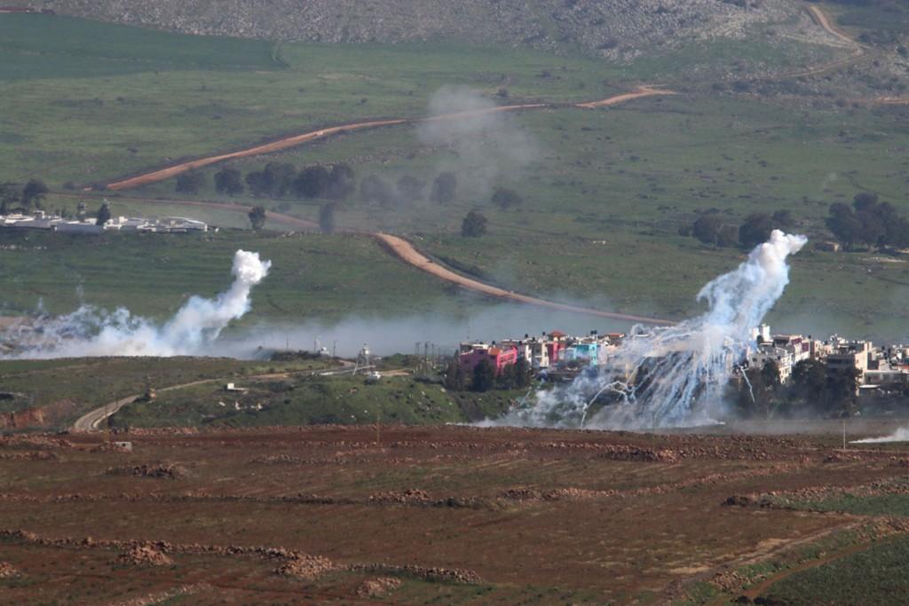 Røyk stiger opp fra Al-Wazzani-området i Sør-Libanon. Ifølge libanesiske militærkilder ble mover 20 granater avfyrt fra Israel onsdag. De skal ha landet i åpent lende.