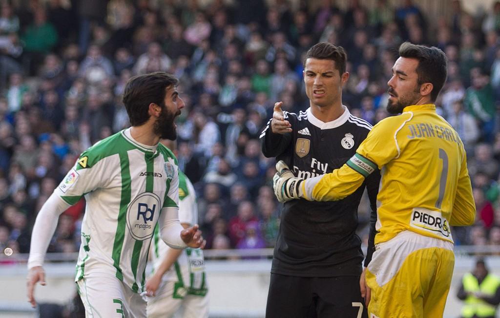 UTVIST: Cristiano Ronaldo sparket en motspiller.