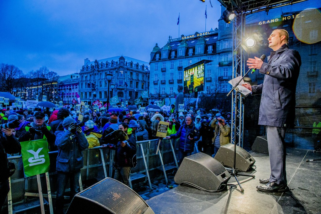 TALTE: Arbeidsminister Robert Eriksson holder tale utenfor Stortinget i forbindelse med politisk streik onsdag ettermiddag i protest mot regjeringens forslag til endringer i arbeidsmiljøloven.