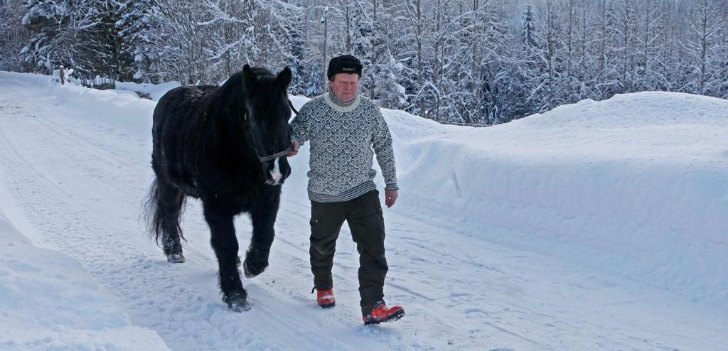 Jeg er mest spent på om det er godt og varmt der de sender meg, og om jeg får ta med Odin (17), sier Ove Roaldstveit (53).
