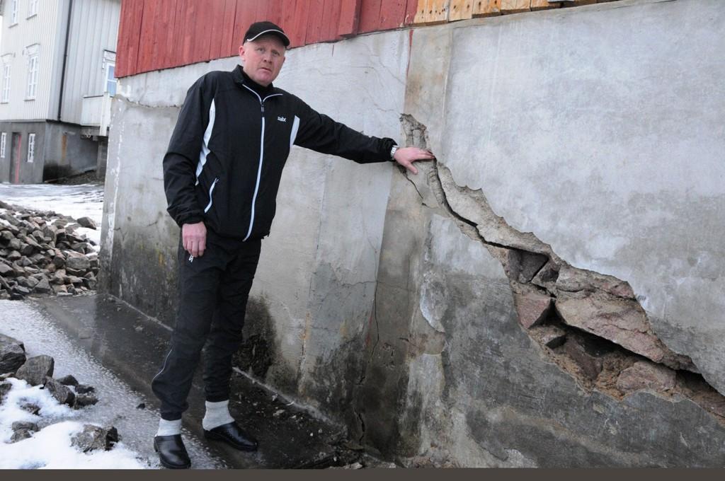 Ifølge Helge Sudbø har grunnarbeidet ved Midt-Telemark næringspark ført til store skader både inne i boligen hans, og blant annet her, i grunnmuren til uthuset hans.
