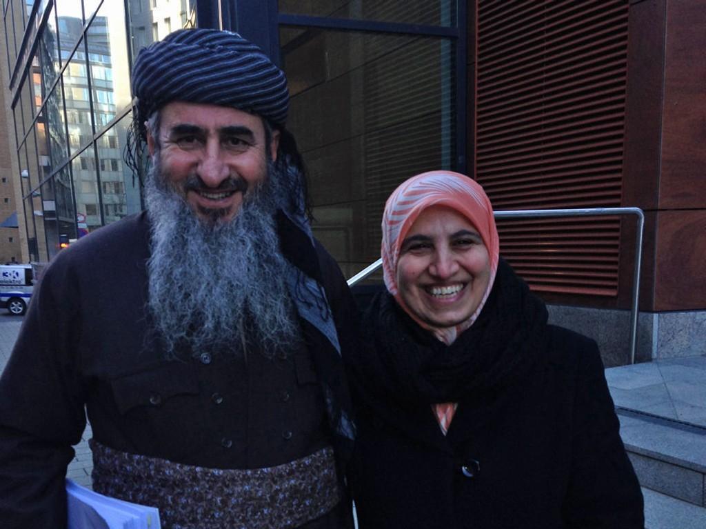 Mulla Krekar og kona Rokosh i en pause under tirsdagens rettsmøte i Oslo i forbindelse med begjæringen om å oppheve politiets beslutning om tvungent oppholdssted for Krekar på Kyrksæterøra.