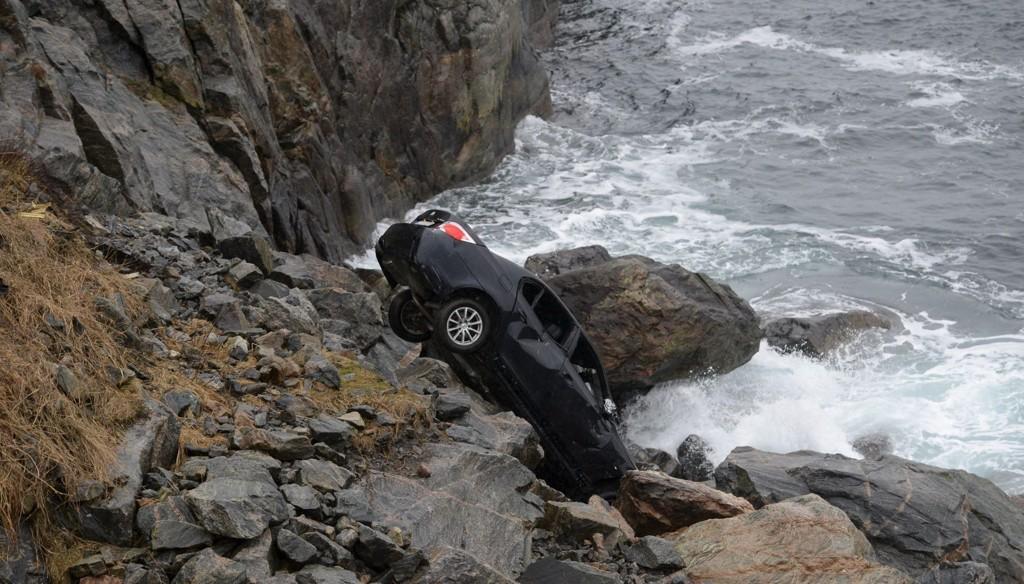 ENGLEVAKT: Sjåføren fikk utrolig nok bare vondt i foten etter at han og bilen kjørte utfor et stup og dundret 20 meter ned i sjøkanten.