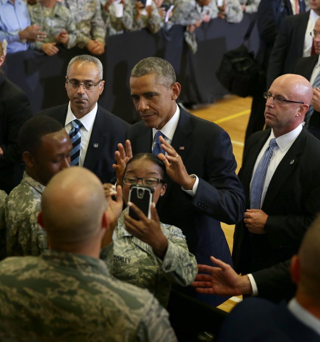 Soldater skal kjempe for landet sitt på internett også. På bildet tar amerikanske soldater selfie med president Barack Obama.
