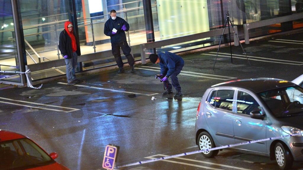Teknikerne fra politiet undersøker plassen utenfor kjøpesenteret Mobilia der en mann ble skutt og drept lørdag kveld