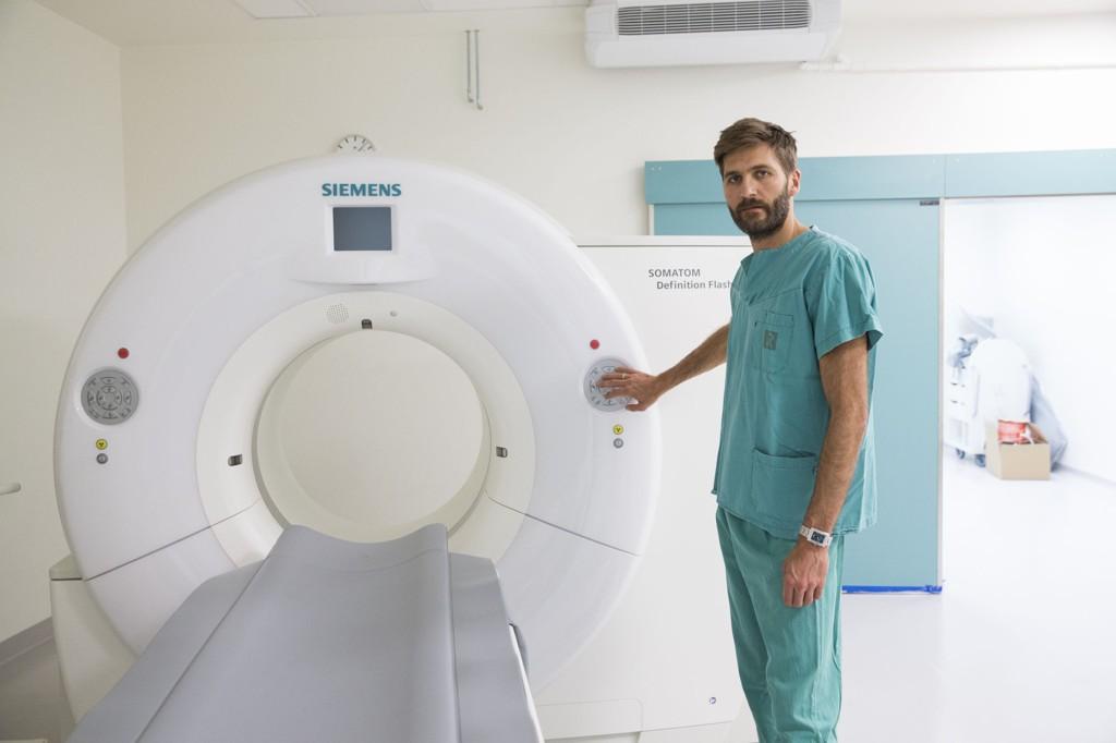Overlege ved avdeling for rettspatologi og klinisk rettsmedisin ved Rikshospitalet, Arne Stray-Pedersen, ved CT-skanneren som gjør det mulig å gjennomføre skanning av alle døde som blir sendt til obduksjon.