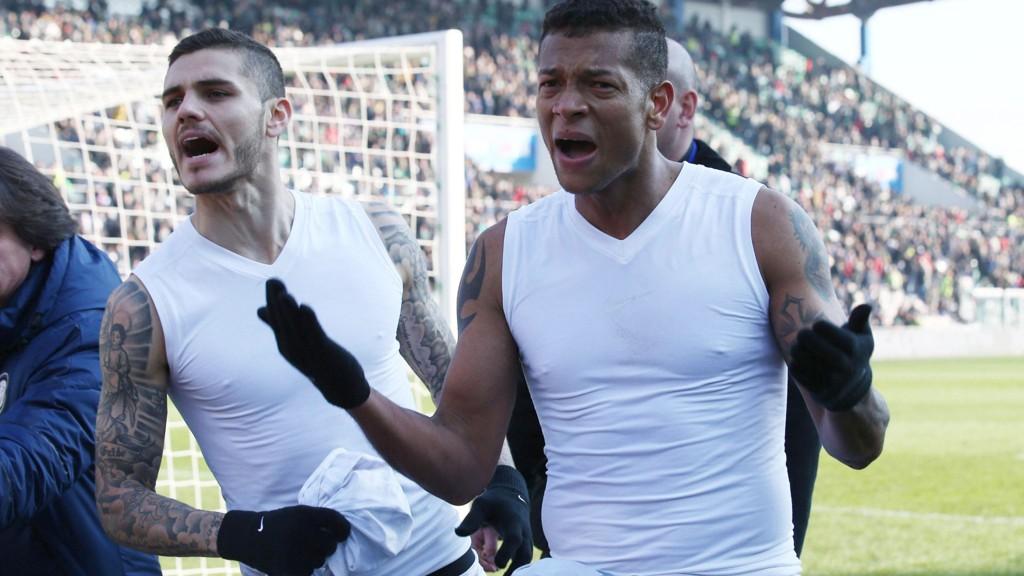 Inter-fansen ville ikke ha draktene til Mauro Icardi (til venstre) og Fredy Guarin etter 1-3-tapet for Sassuolo og kastet dem tilbake til spillerne.
