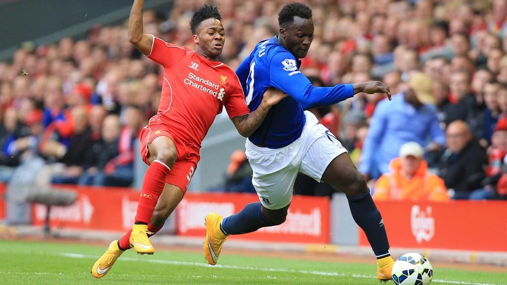 Raheem Sterling og Romelu Lukaku i en tøff duell i sesongens første møte mellom Everton og Liverpool. Everton utliknet helt på tampen av kampen og reddet 1-1 på Anfield.