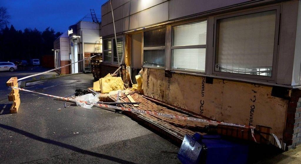 Bensinstasjonen er åpen for kunder mandag morgen, men deler av den ene veggen er borte