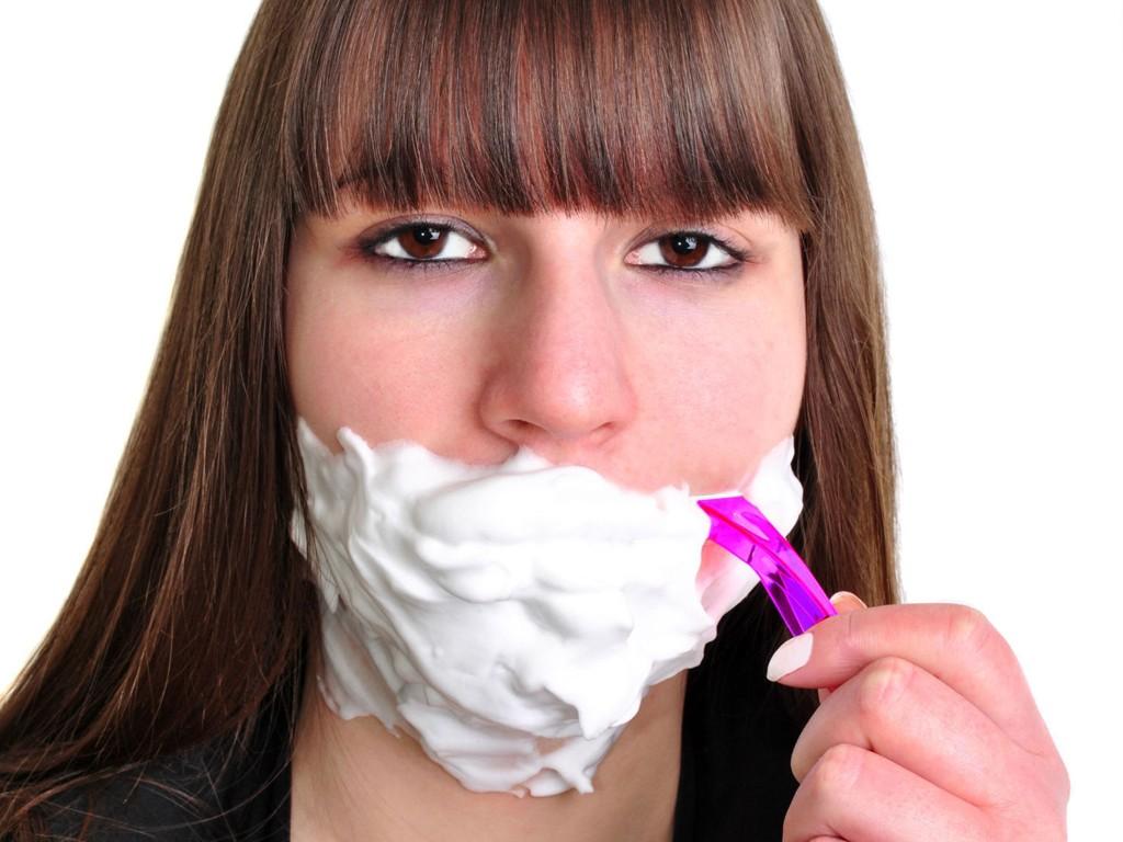 BARBERING: Er barbering av ansiktet veien til fin hud? Ekspertene er uenige, likevel er det en økende trend.