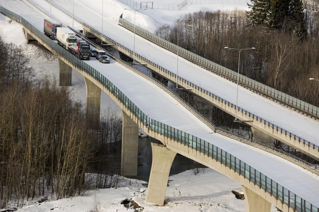 KAN IKKE REPARERES: E18 i Vestfold ble stengt da Skjeggestadbrua i Holmestrand falt delvis sammen. Nå er det klart at bruas dager er talte.