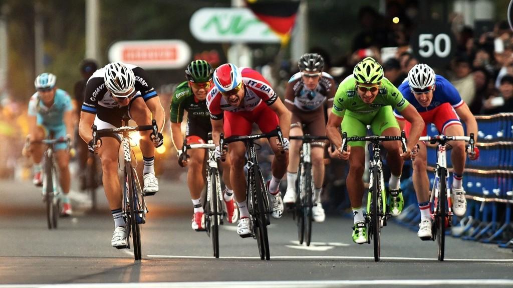 Alexander Kristoff slet i vinden, men tok likevel sesongens første seier i Qatar rundt mandag. Han vant spurten i mindre tetgruppe på den 2. etappen av rittet.