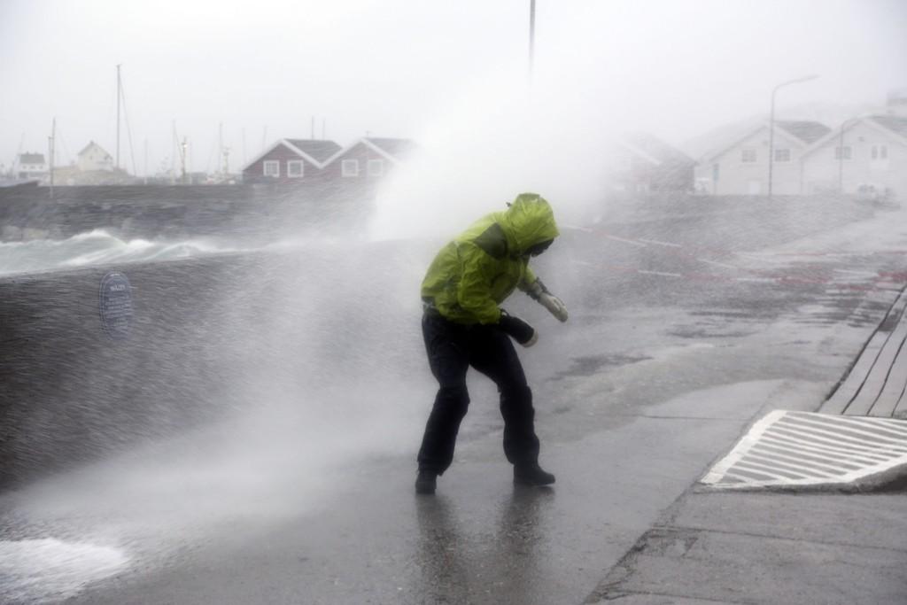 Det blåste friskt i Bodø sentrum lørdag formiddag da ekstremværet Ole traff land. Flere skuelystne samlet seg ved moloen i Bodø havn for å kjenne på naturkreftene.