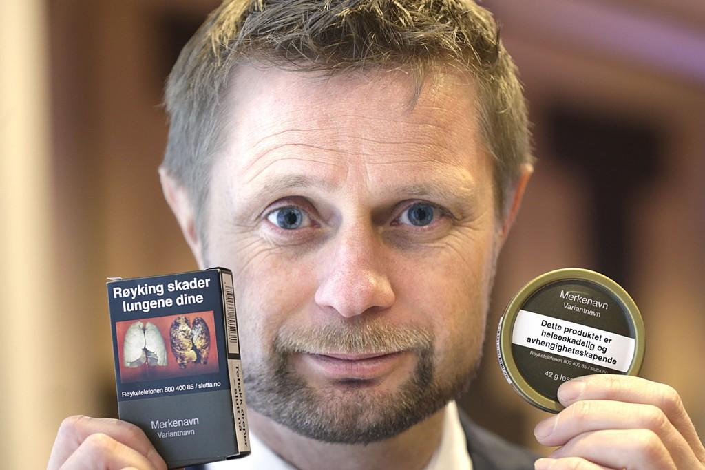 Helse- og omsorgsminister Bent Høie viste de ny innpakningene til snus og tobakkspakker, på en pressekonferanse om forebyggende tiltak på tobakksområdet.