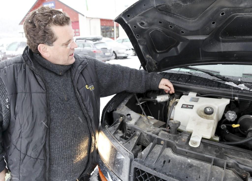 SMURNING: – Her er en liten duppeditt som sørger for at motoren får noen ekstra dråper olje, sier Espen Melvik.