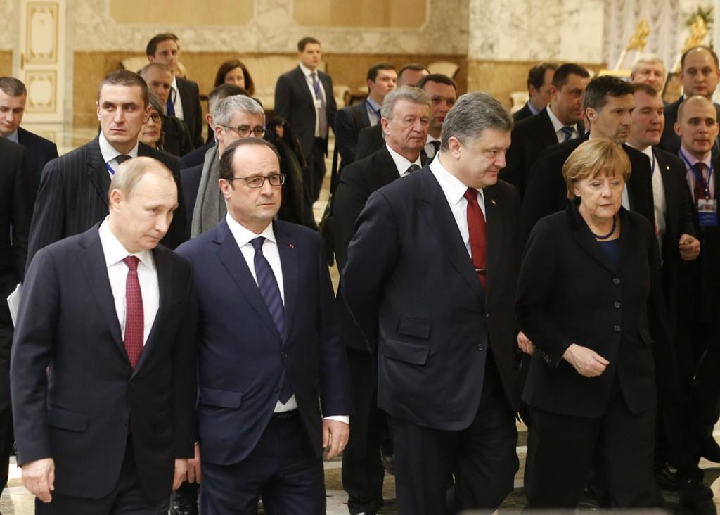 FREDSSAMTALER: Russlands president Vladimir Putin, Ukrainas president Petro Porosjenko, Tyklands rikskansler Angela Merkel og Frankrikes president Francois Hollande før møtet startet onsdag.