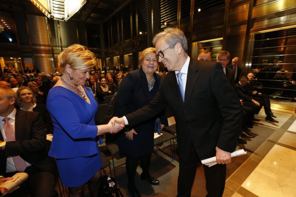 Sentralbanskjef Øystein Olsen hilser på finansminister Siv Jensen før årstalen i Norges Bank torsdag kveld.