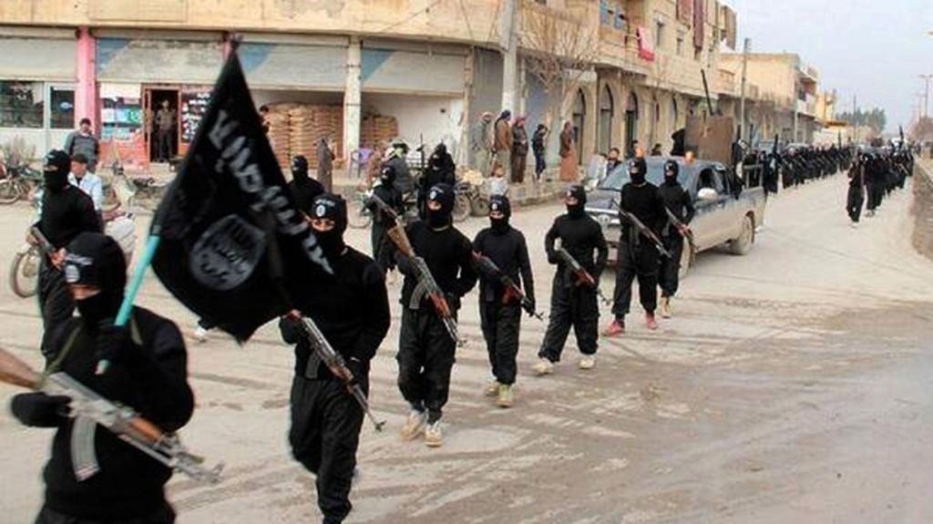 Arkivbilde av IS-krigere som marsjerer i den syriske byen Raqqa, som de kontrollerer. Minst 20.000 fremmedkrigere skal ha sluttet seg til den militante organisasjonen.