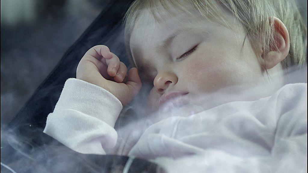 Røyking i bil med barn til stede blir forbudt i England.