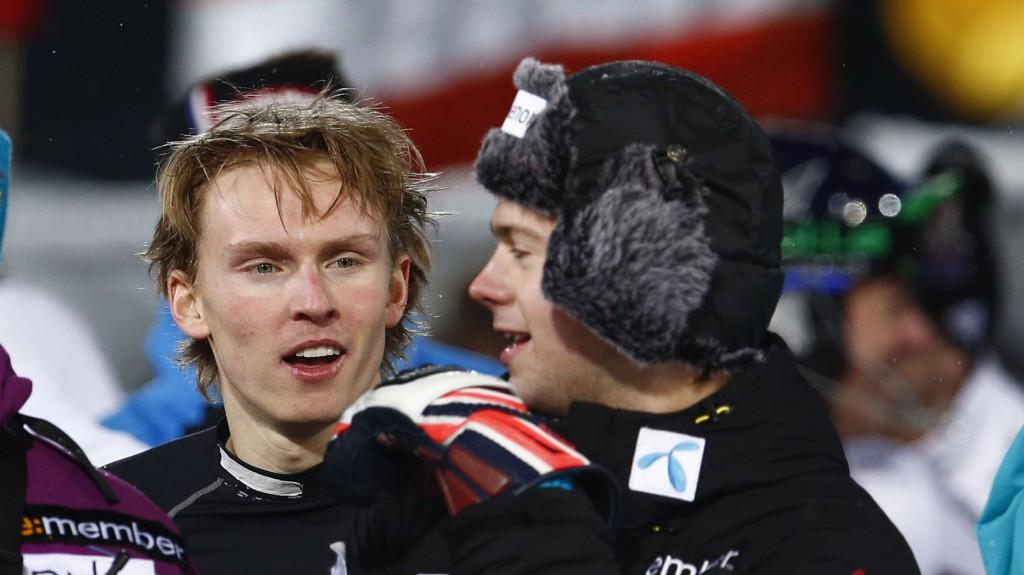KLAR: Henrik Kristoffersen føler seg klar for søndagens slalåmrenn. Til høyre for ham står en annen nordmann som stiller til start, Sebastian Foss Solevåg.