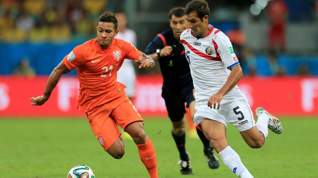 TOTTENHAM-AKTUELL: Memphis Depay (t.v.) skal stå høyt på Tottenhams ønskeliste. Her er han i duell med Costa Ricas Celso Borges under sommerens VM.