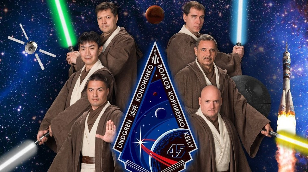Astronautene Scott Kelly, Oleg Kononenko, Mikhail Kornienko, Sergey Volkov, Kjell Lindgren og Kimia Yui stiller opp som jediriddere for offisielt gruppebilde.