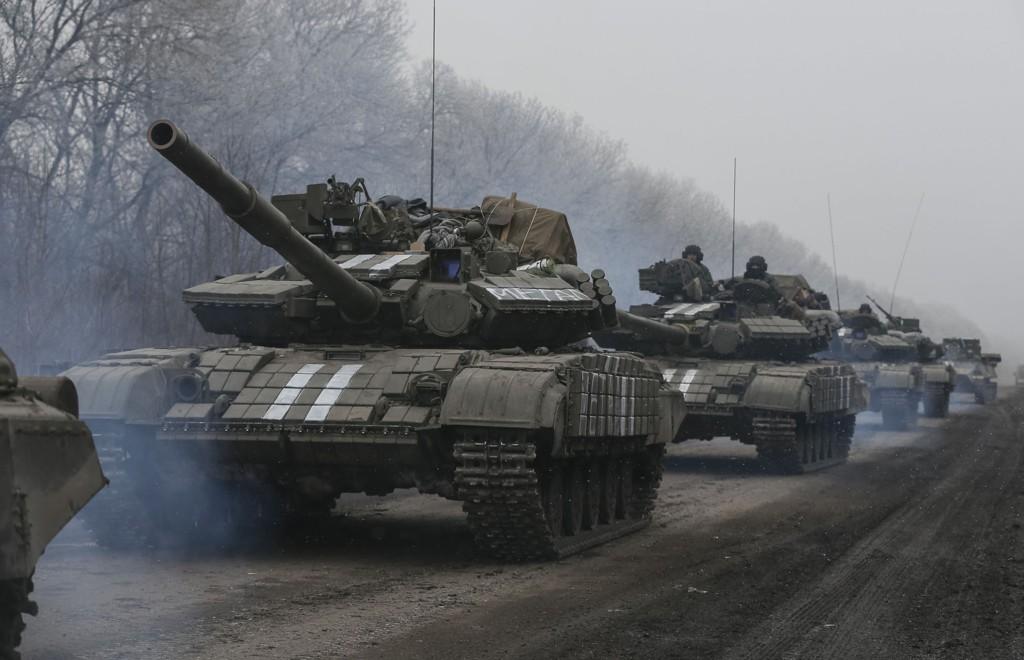Ukrainske tjenestemenn fører stridsvogner i nærheten av Debaltseve i Øst-Ukraina.