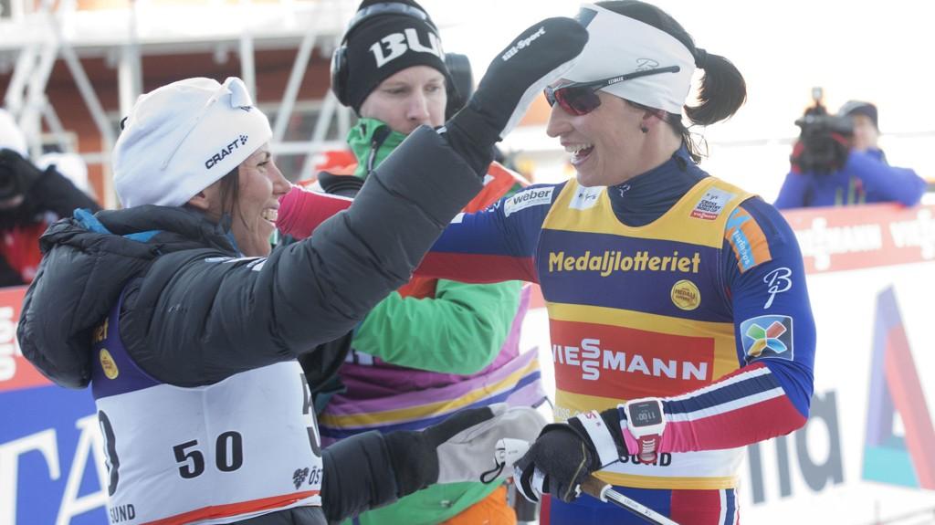 GRATULERTE: Marit Bjørgen gratulerte Charlotte Kalla etter målgang i Östersund.