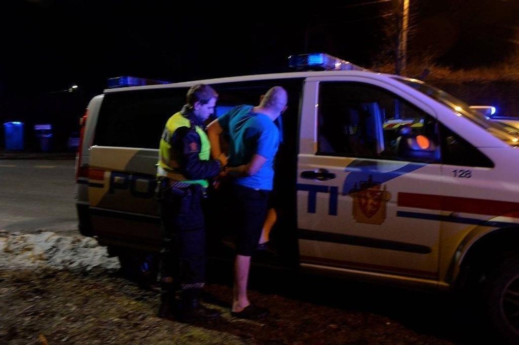 Store politistyrker har rykket ut til Paradis i Bergen etter en knivstikking søndag kveld.