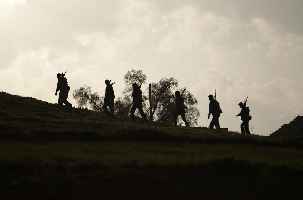 Opprørere med våpen utenfor byen Morek i Syria i slutten av januar.