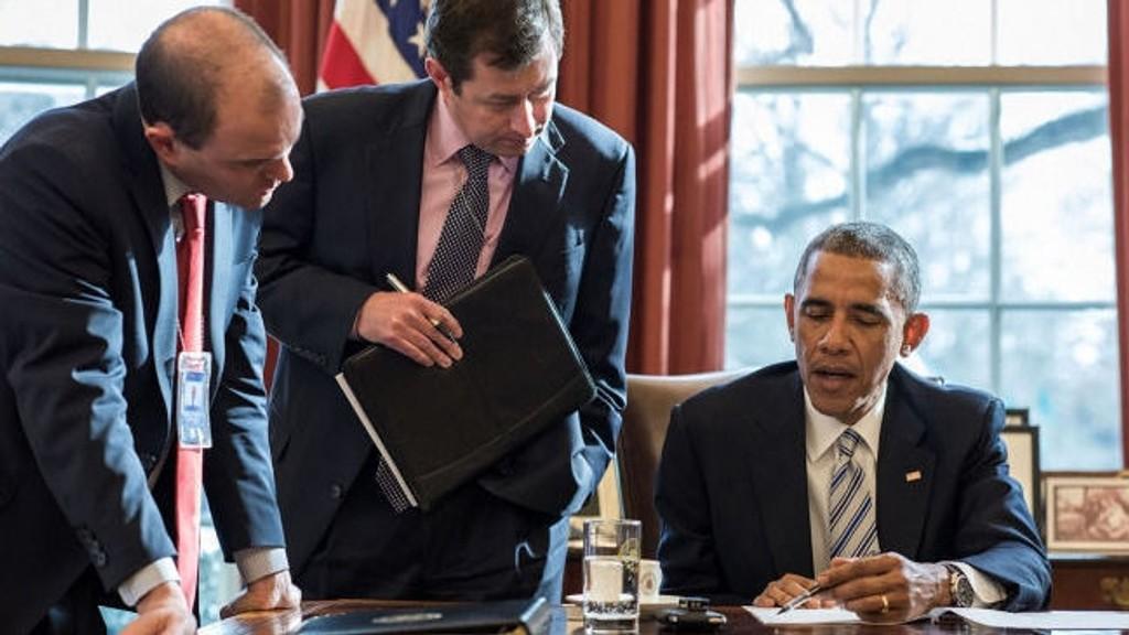President Barack Obama med rådgiverne Ben Rhodes og Terry Suplant før møtet om å slå tilbake voldelig ekstremisme. (Foto: Pete Souza, White House).
