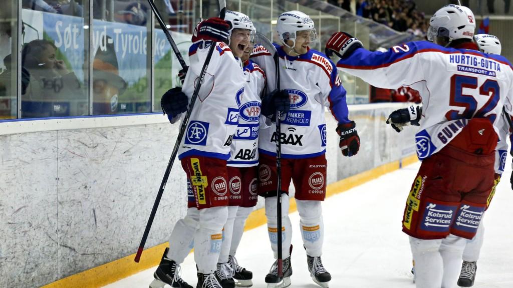 Vålerenga-spillere jubler for scoring i 7-3-seieren over Lørenskog for tre runder siden.