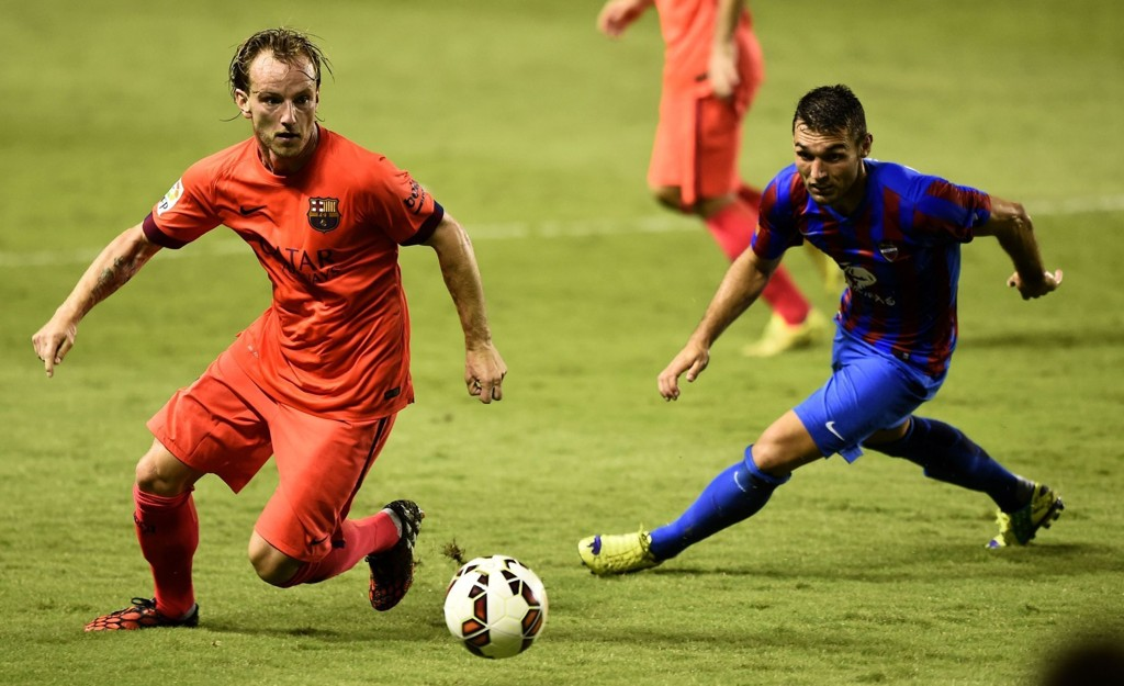 Levante-spissen David Barral (til høyre) i kamp med Barcelonas Ivan Rakitic.