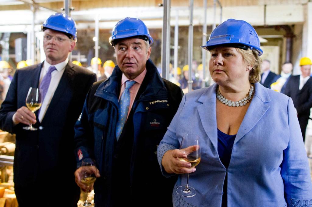 Finansmannen Christen Sveaas. Her med statsminister Erna Solberg og mannen Sindre Finnes.
