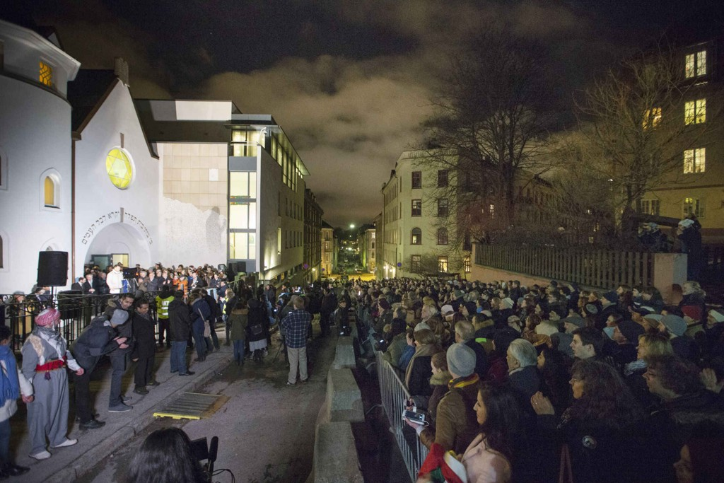 FÅR AVLEGGERE: Over tusen personer møtte opp da muslimer og jøder slo ring rundt synagogen til det Mosaiske Trosamfunn i Oslo lørdag. Nå får markeringen avleggere i andre land.