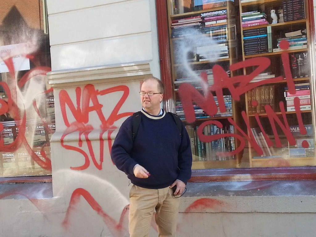 """HÆRVERK: Dette var synet som møtte Max Hermansen utenfor hans bruktbokhandel på Grünerløkka søndag. Med rød spraymaling var fasaden tilgriset med hakekors og med teksten """"nazisvin""""."""