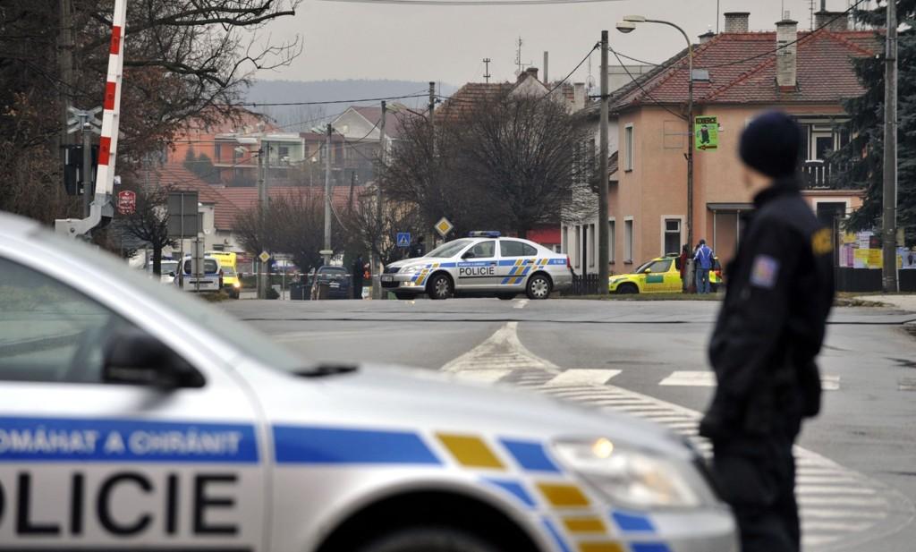 Politiet patruljerer nær en restaurant hvor en person åpnet ild (AP Photo/CKT, Dalibor Gluck) SLOVAKIA OUT