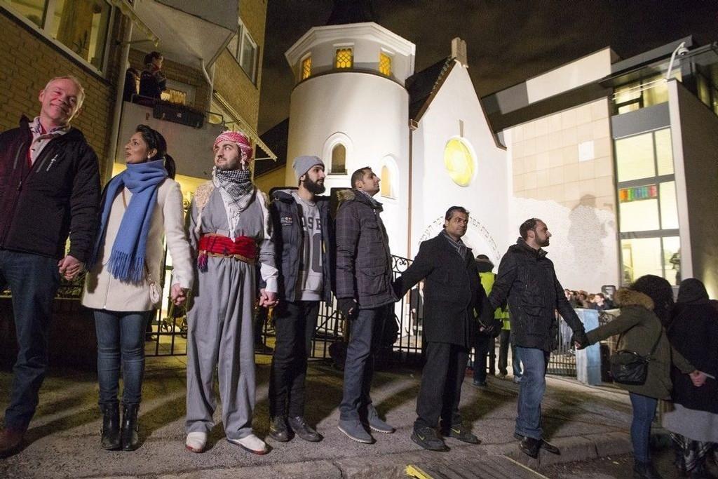Politikere, her ved statsråd Jan Tore Sanner (t.v.), muslimer og jøder slo ring rundt synagogen til det Mosaiske Trosamfunn i Oslo.