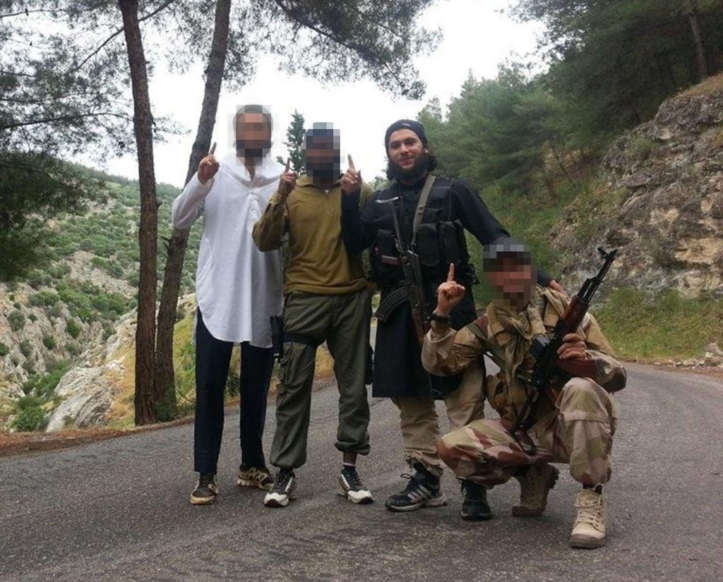 Bilde som ble lagt fram i Oslo tingrett som bevis tirsdag, fra venstre den 28 år gamle tiltalte, den 30 år gamle norsk-somaliske tiltalte, og den norske IS-lederen Bastian Alexis Vasquez (24). Til høyre for Vasquez står en nordmann som er drept i kamp i Syria.