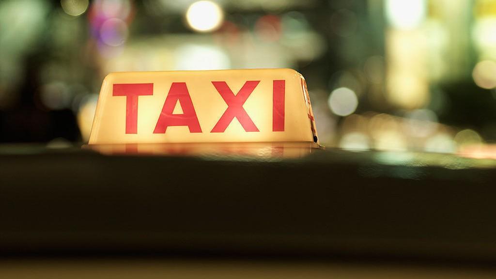 SMS-TJENESTE: Hvem betaler for sms-en du får neste gang du bestiller drosje?