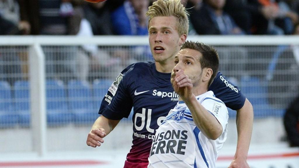 Auxerre-forsvareren Karim Djellabi (til høyre) skal bryne seg på Ligue 2s toppscorer Jonathan Kodjia i kveld.