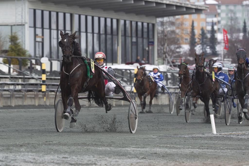 Mikael J Andersson kjører vår banker på Färjestad mandag. foto_Roger Svalsr¿d_hesteguiden.com