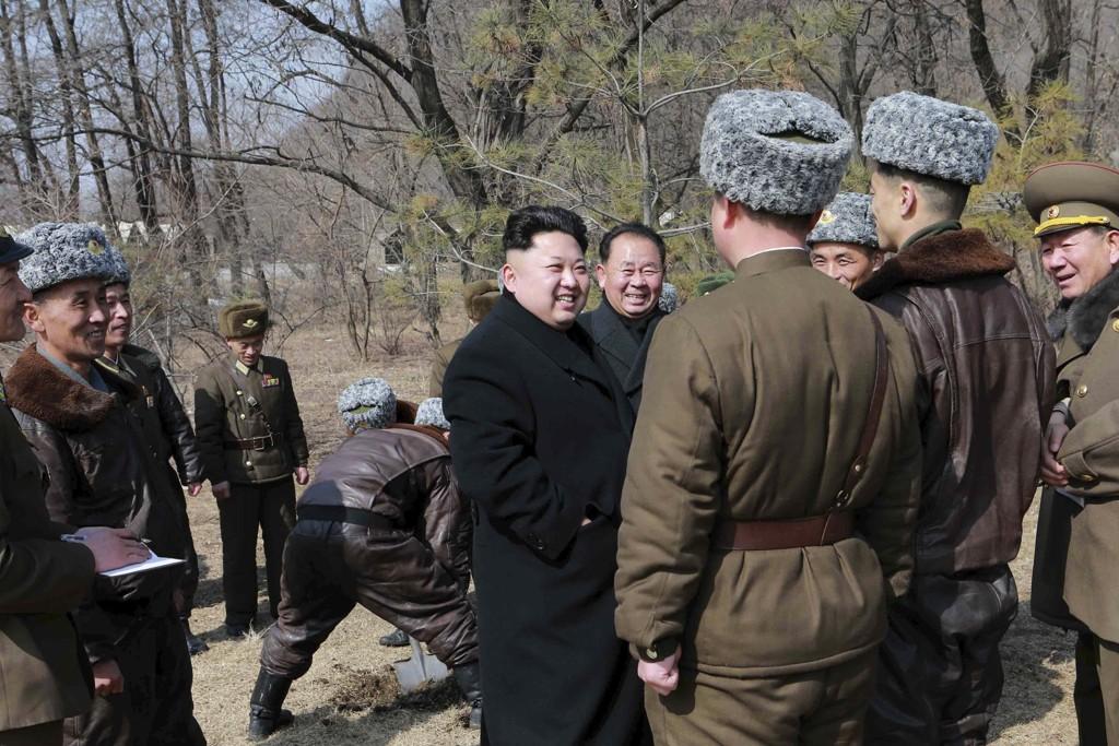 Nord-Koreas leder Kim Jong-un besøker nordkoreanske jagerflypiloter.