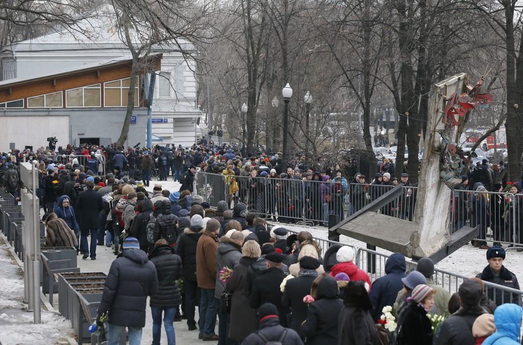 Mange hadde møtt opp for å delta og køene var lange utenfor likskuet og begravelsen til den russiske opposisjonspolitikeren Boris Nemtsov tirsdag.