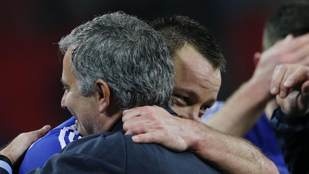 Jose Mourinho gir John Terry en god klem etter seieren mot Tottenham i ligacupfinalen.