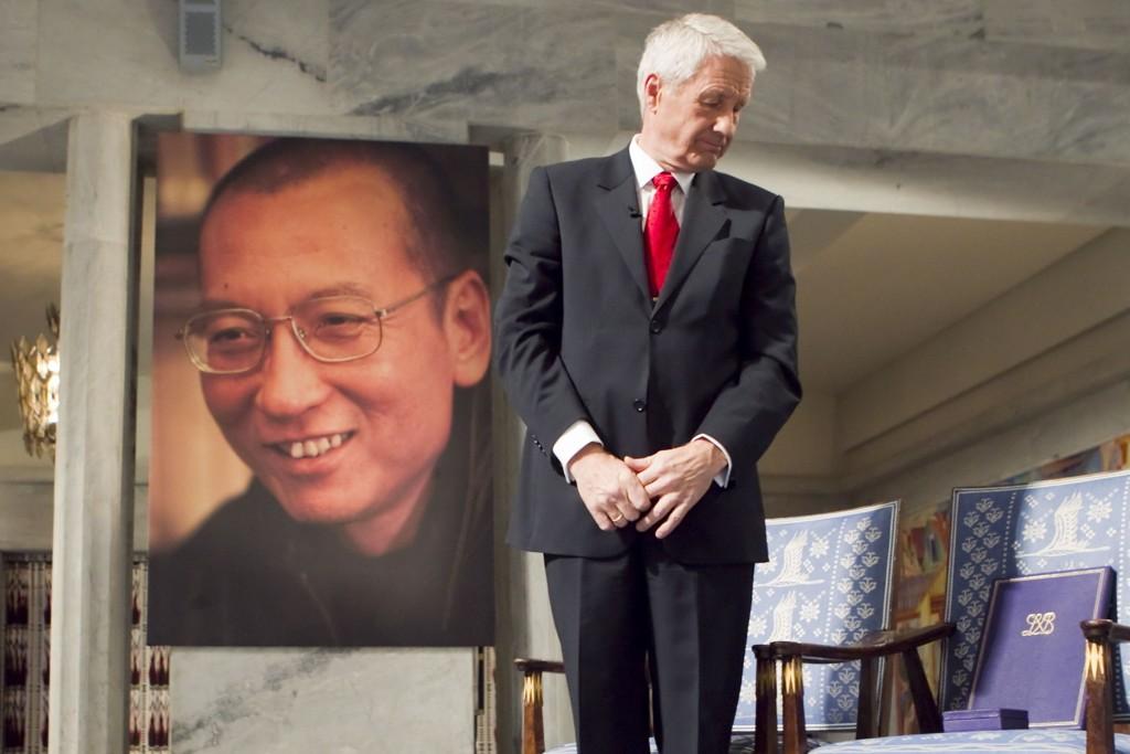 Nobelkomiteens avtroppende leder Thorbjørn Jagland under fredsprisseremonien i Oslo Rådhus i 2010, Jagland med den tomme stolen med diplom og medaljen som skulle vært delt ut til fredsprisvinner Liu Xiaobo. Foto: Heiko Junge / Scanpix
