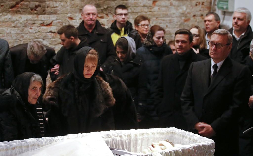 Opposisjonsleder Mikhail Kasyanov (R) deltok i sermonien for Boris Nemtsov i Moskva.