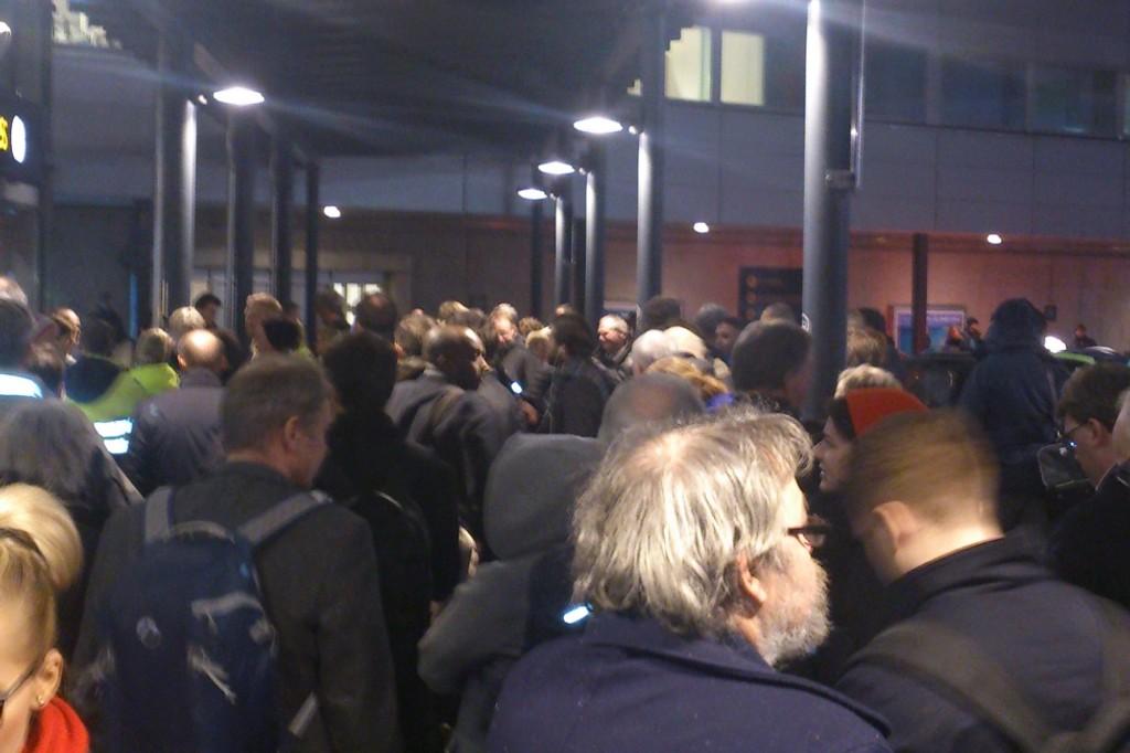 Reisende ble bedt om å forlate flyhallen tirsdag kveld.