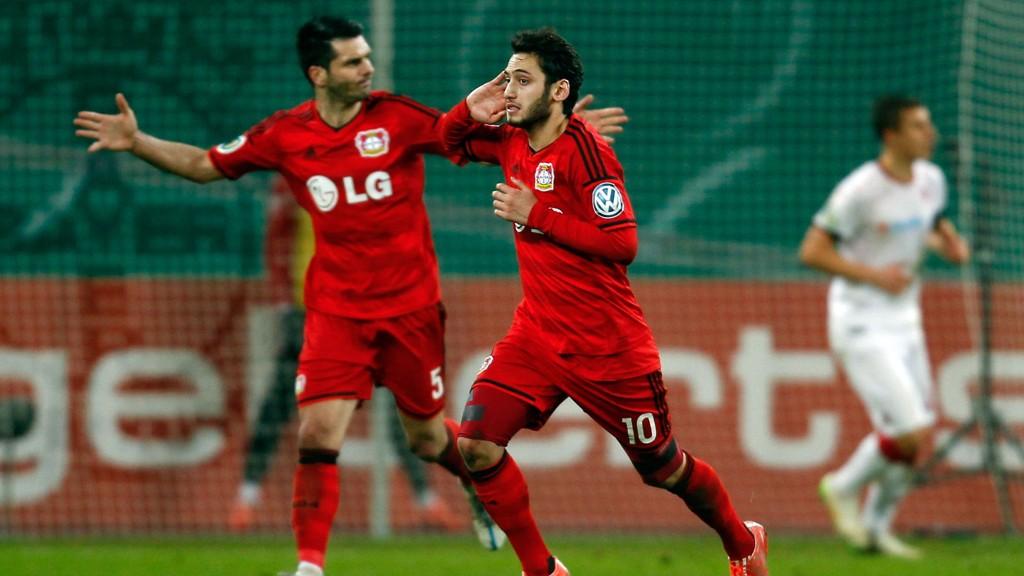 TOK SEG VIDERE: Hakan Calhanoglu jubler etter å ha satt inn Leverkusens ledermål mot Kaiserslautern i cupen.