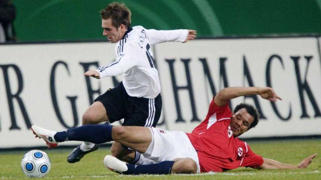 ÅPNER FOR Å FORLENGE: Philipp Lahm åpner får å spille videre når kontrakten med Bayern München går ut, men trener i klubben vil han ikke bli.